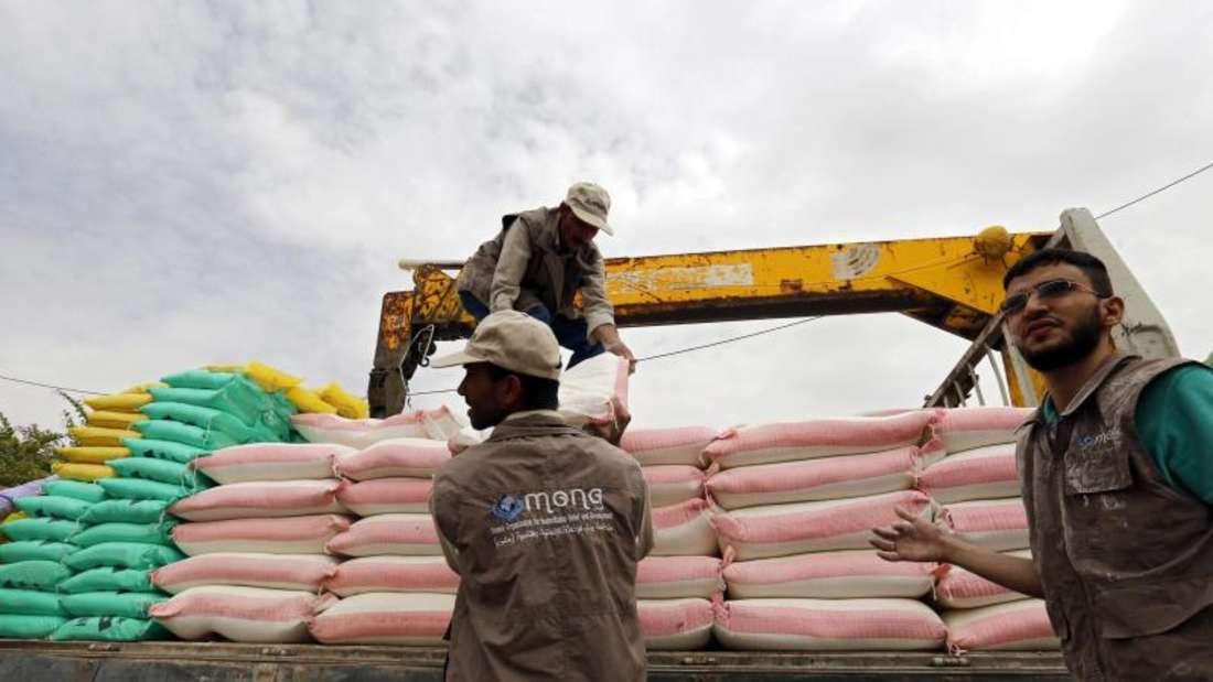 Frewillige entladen einen Lkw mit Grundnahrungsmitteln wie Reis und Mehl. Foto: Yahya Arhab