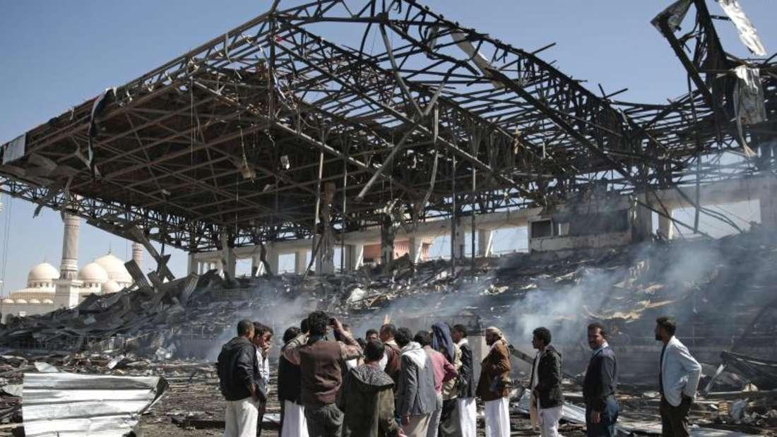 Seit drei Jahren tobt der Bürgerkrieg: Jemeniten in Sanaa vor der Einschlagstelle einer saudi-arabischen Rakete. Foto. Hani Al-Ansi Foto: Hani Al-Ansi