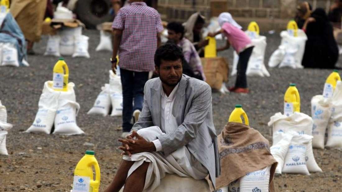 Lebensmittelhilfe in Sanaa:Ein jemenitischer Mann wacht über seine Zuteilung. Foto: Yahya Arhab