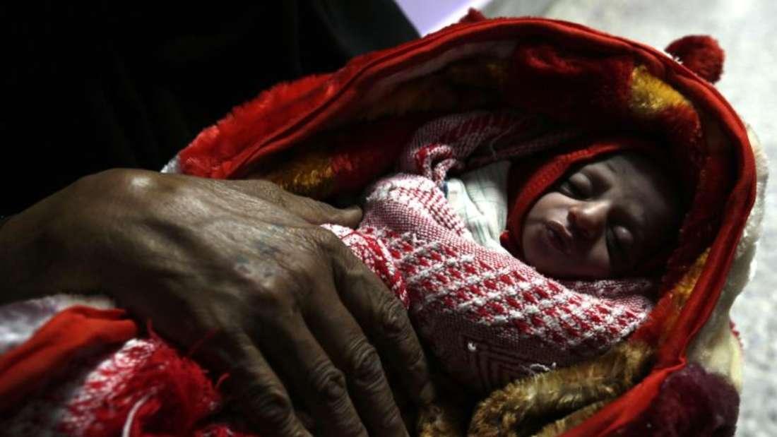 Ungewisse Zukunft:Eine jemenitische Frau hält im Ernährungszentrum eines Krankenhauses ihr Baby im Arm. Foto: Yahya Arhab