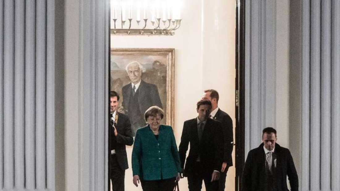 Bundeskanzlerin Angela Merkel verlässt nach dem Spitzentreffen mit Bundespräsident Steinmeier das Schloss Bellevue in Berlin. Foto: Bernd von Jutrczenka