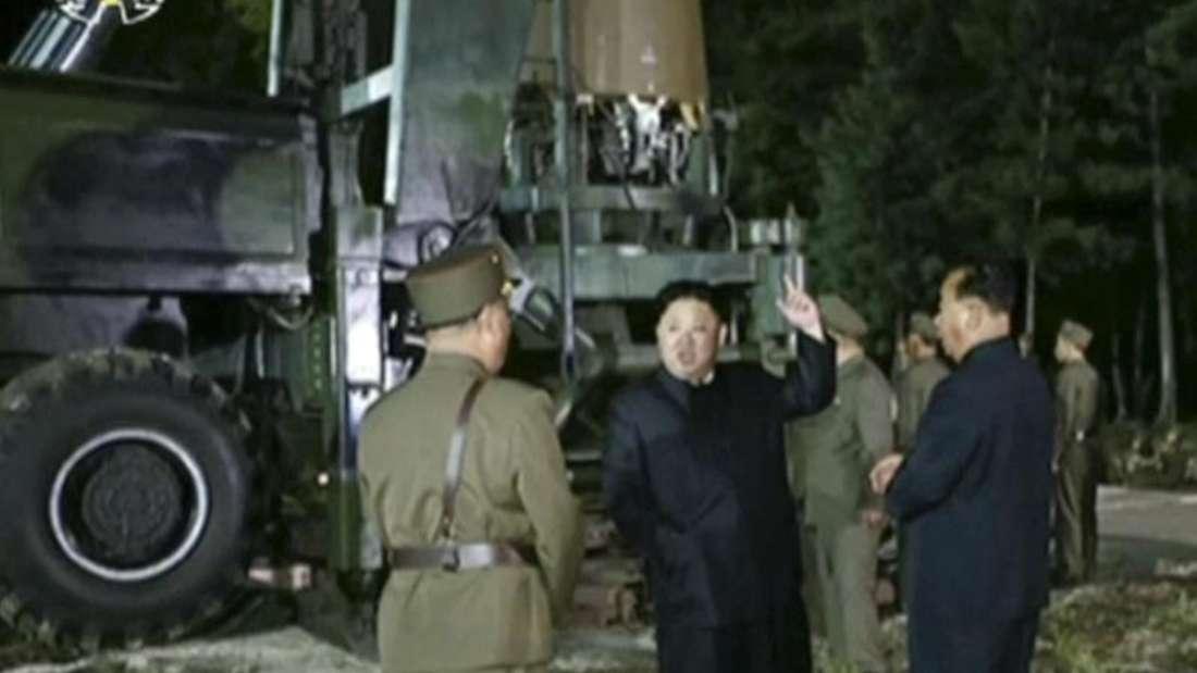 Der vom nordkoreanischen Rundfunk- und Fernsehkomitee zur Verfügung gestellte Videocrop zeigt Machthaber Kim Jong Un auf einem Raketen-Testgelände. Foto:KRT