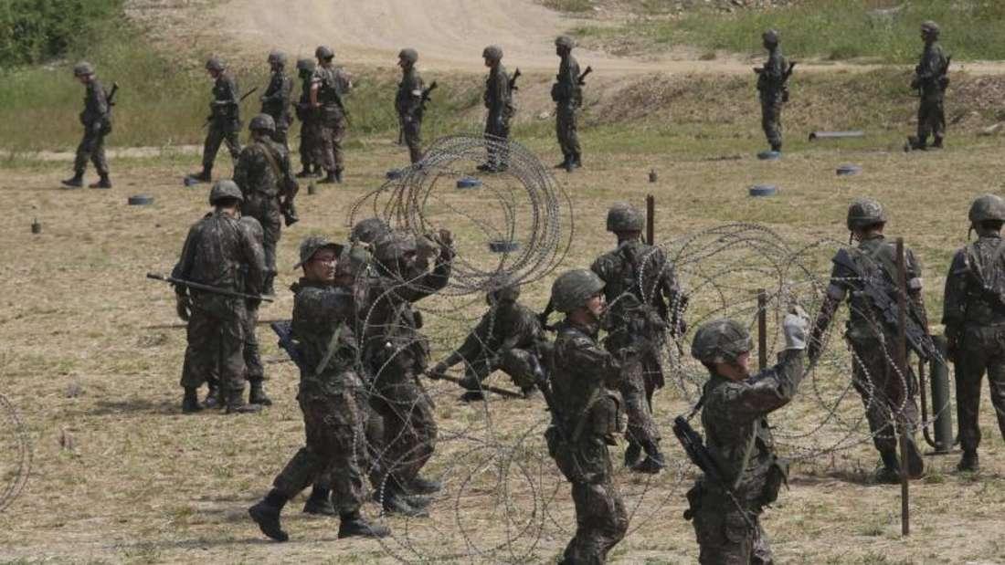Südkoreanische Soldaten spannen in Paju Stacheldraht während einer Militärübung nahe der Grenze zu Nordkorea. Foto: Ahn Young-Joon