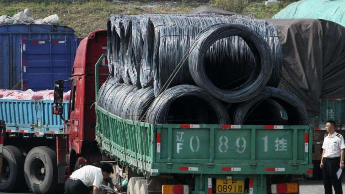 Chinesische Zöllner kontrollieren an der Grenze Lastwagen, die aus Nordkorea kommen oder dorthin fahren. Foto:Chinatopix