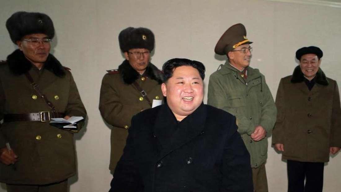Die von der Regierung Nordkoreas zur Verfügung gestellte Aufnahme soll den nordkoreanischen Machthaber Kim Jong Un zeigen, während er den Start einer Interkontinentalrakete überwacht. Foto: KCNA via KNS/dpa