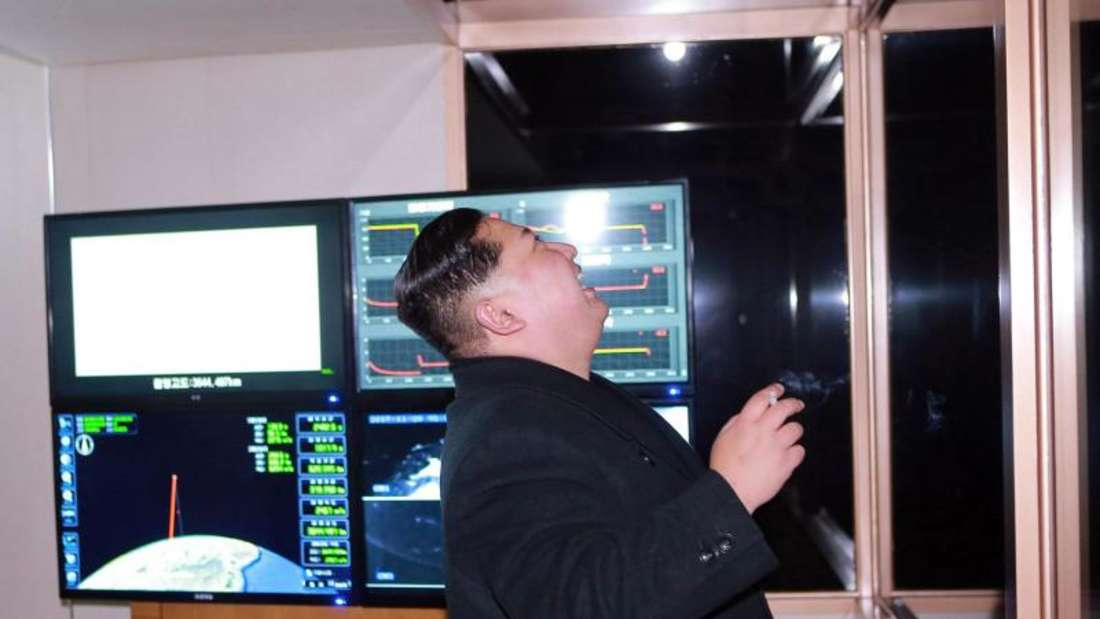 Die von der Regierung Nordkoreas zur Verfügung gestellte und von der Zentralen Nordkoreanischen Nachrichtenagentur KCNA verbreitete undatierte Aufnahme soll den nordkoreanischen Machthaber Kim Jong Un zeigen, während er den Start der Interkontinentalrakete überwacht. Foto: KCNA via KNS/AP