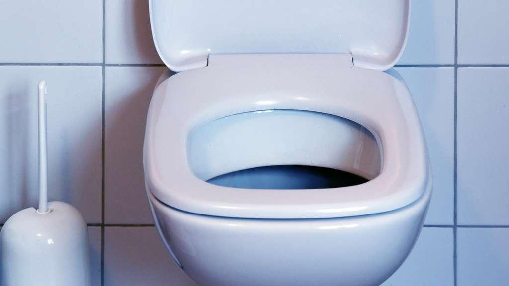 Toilette putzen: Dieses Hausmittel macht die Kloschüssel ...