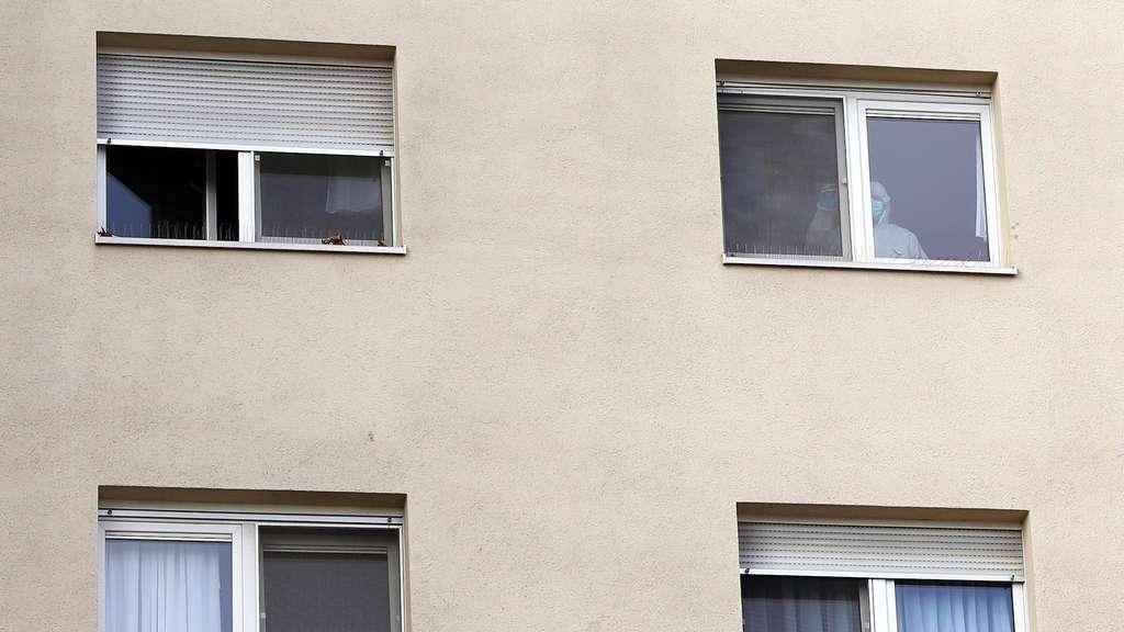 Am fenster trendy am fenster tag with am fenster simple kleine mdchen am fenster mit einer - Fenster kalk entfernen ...