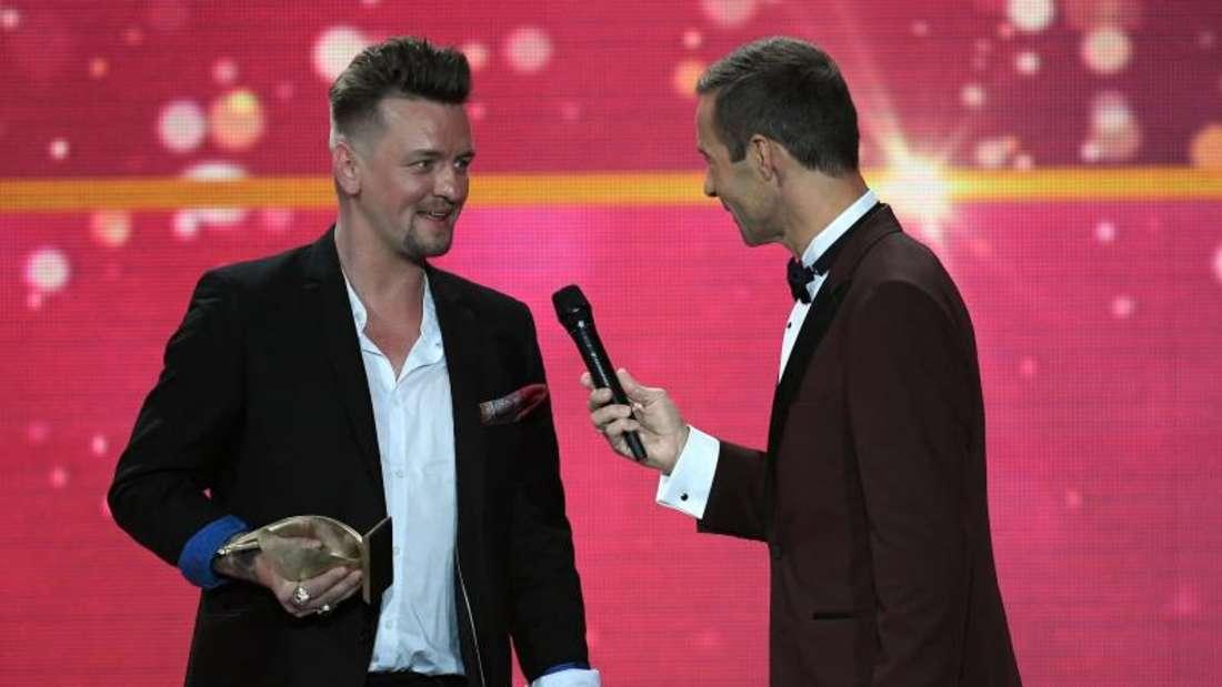 Moderator Kai Pflaume plaudert mit Preisträger Ben Zucker. Foto: Hendrik Schmidt