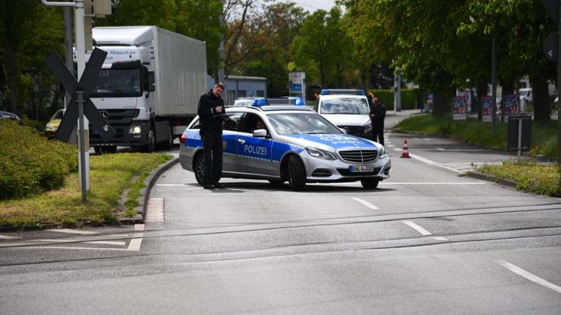 Unfall in der Straße Am Aubuckel: Honda fliegt aus der Kurve und bleibt an den Gleisen stehen. (Symbolfoto)