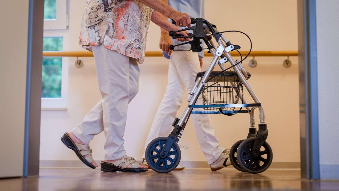 Als eine Seniorin keine Lust mehr auf ihr Heim hat, geht sie feiern. (Symbolfoto)