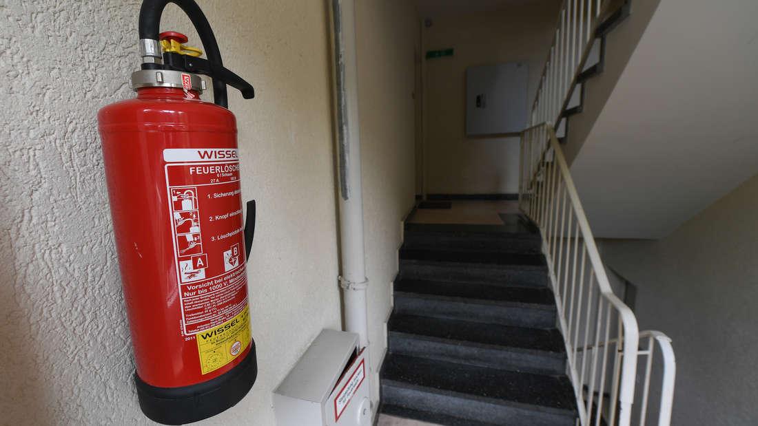 Mit einem Feuerlöscher besprüht ein Betrunkener die Wände eines Treppenhauses. (Symbolfoto)