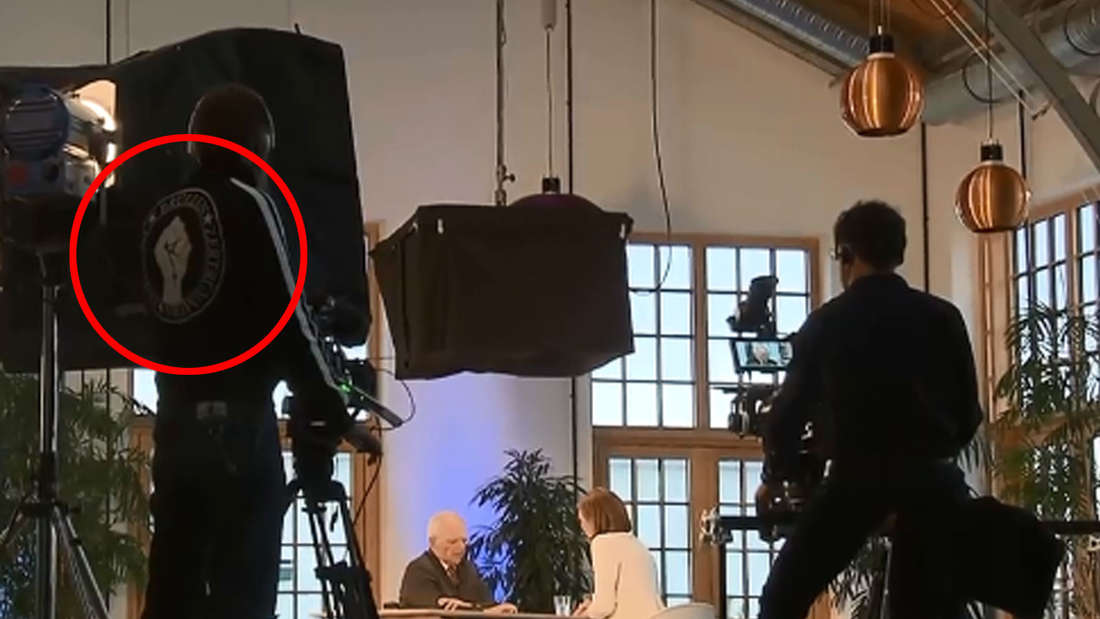 Der Aufdruck auf einem Shirt eines Kameramanns beim ZDF während des Winterinterviews mit Wolfgang Schäuble sorgt für Aufsehen.