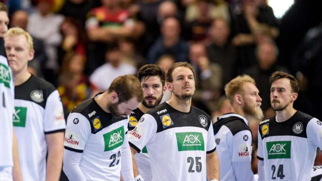 Die deutschen Handballer stehen nach dem verpassten Finaleinzug geknickt in der Halle. Foto: Axel Heimken
