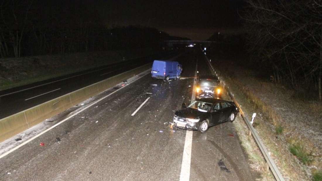 Glatte Fahrbahnen führen in der Nacht zu vielen Unfällen auf mehreren Autobahnen.