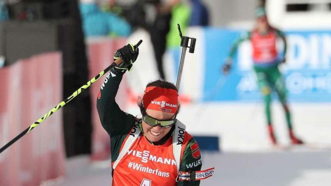 Laura Dahlmeier feiert ihren zweiten Platz in Antholz. Foto: Andrea Solero/ANSA/AP