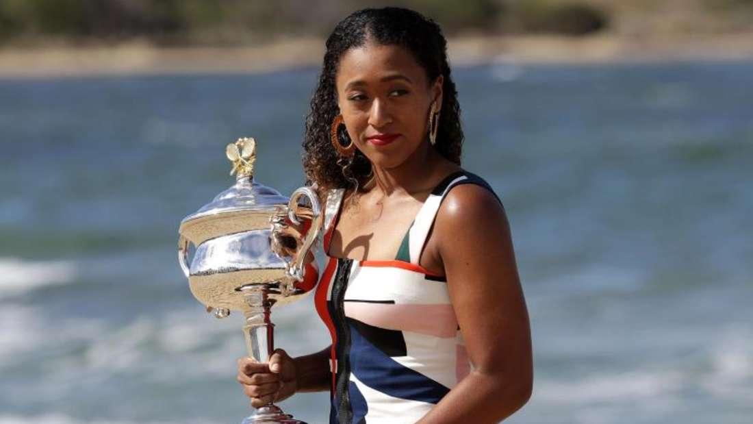 Beeindruckte mit ihren Sieg bei den Australian Open: Die Japanerin Naomi Osaka posiert mit dem Daphne Akhurst Memorial Cup. Foto: Aaron Favila/AP