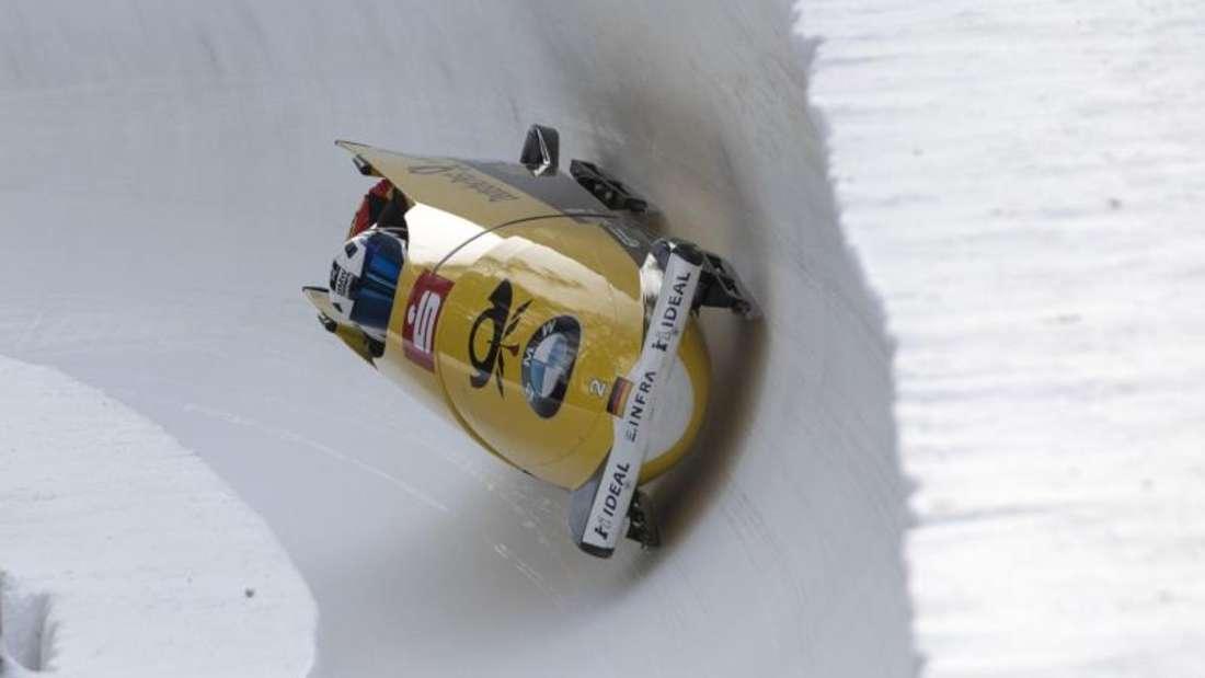 Francesco Friedrich steuert den Viererbob in der Eisbahn von St. Moritz zum Sieg. Foto: Urs Flueeler/KEYSTONE