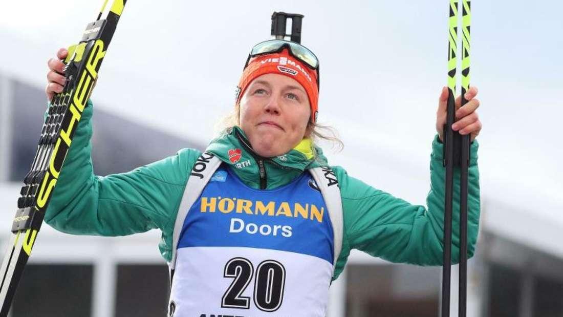 Laura Dahlmeier jubelt auf dem Podium über ihren Sieg beim Massenstartrennen in Antholz. Foto: Andrea Solero/ANSA/AP