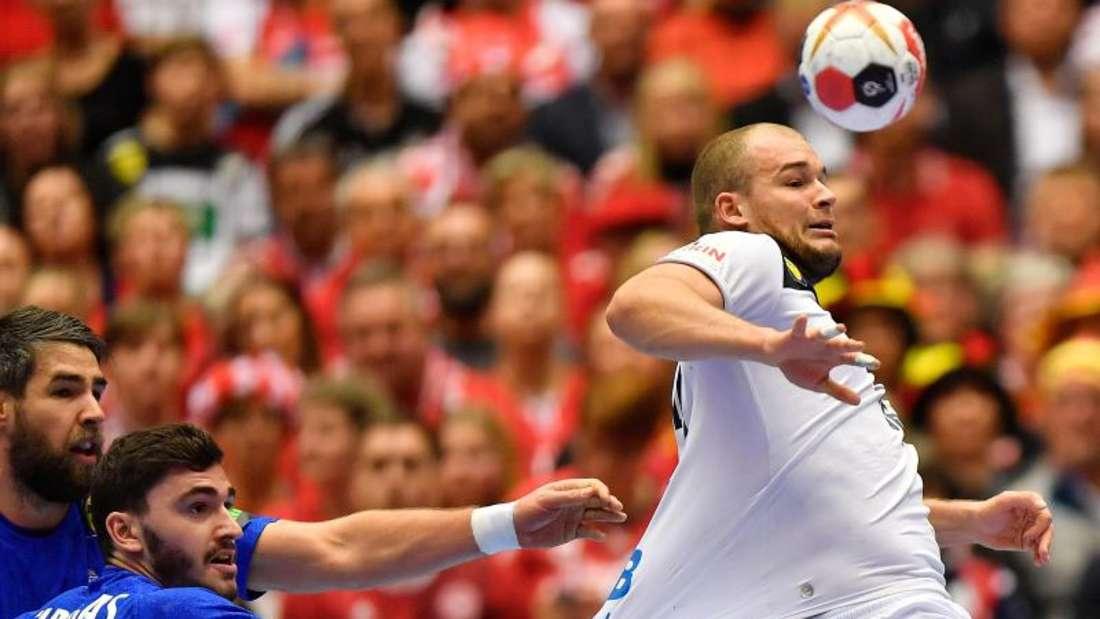 Frankreichs Ludovic Fabregas (l) versucht, Paul Drux am Abspiel zu hindern. Foto: Martin Meissner/AP