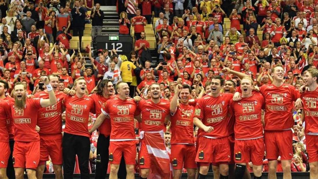 Dänemarks Spieler jubeln bei der Siegerehrung. Foto: Martin Meissner/AP