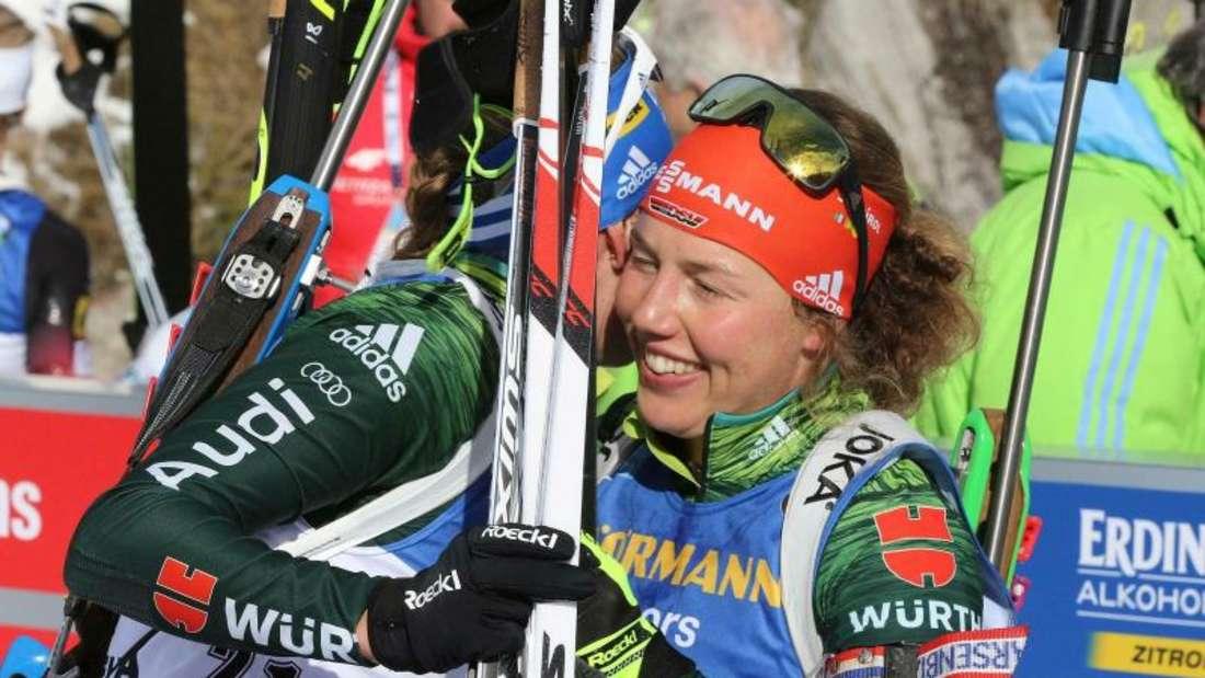 Laura Dahlmeier (r) wird im Ziel von Vanessa Hinz beglückwünscht. Foto: Andrea Solero/ANSA/AP