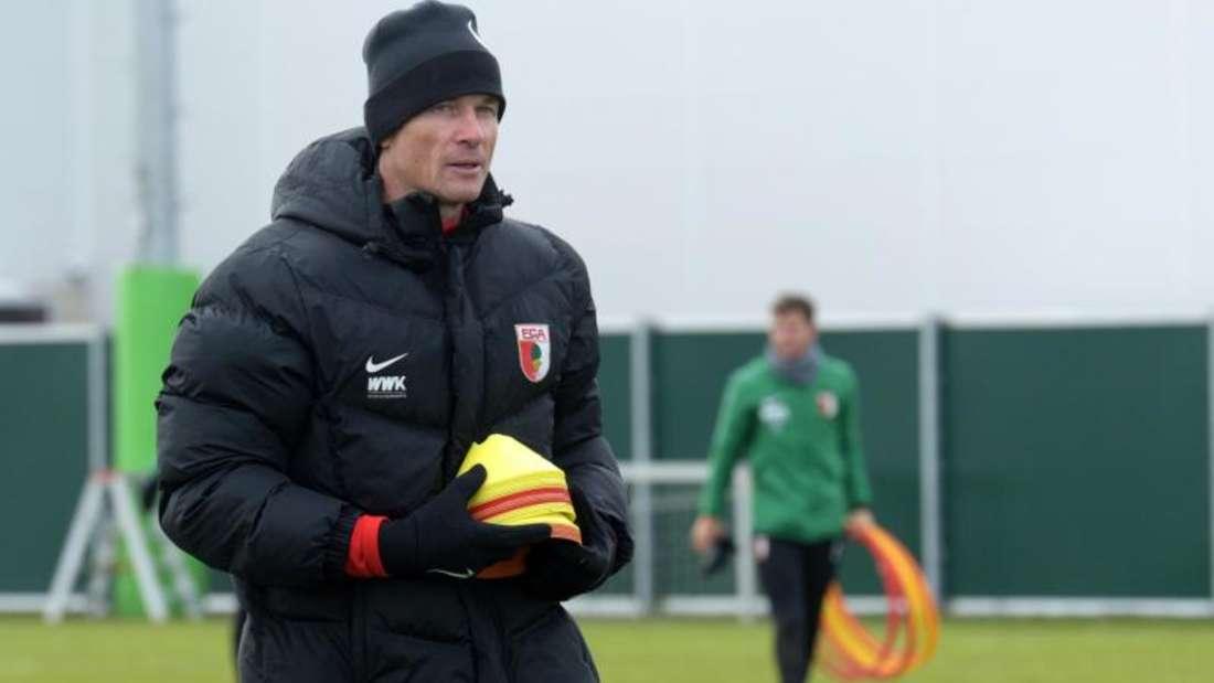 Co-Trainer Jens Lehmann trägt im Training des FC Augsburg Markierungshütchen. Foto: Stefan Puchner