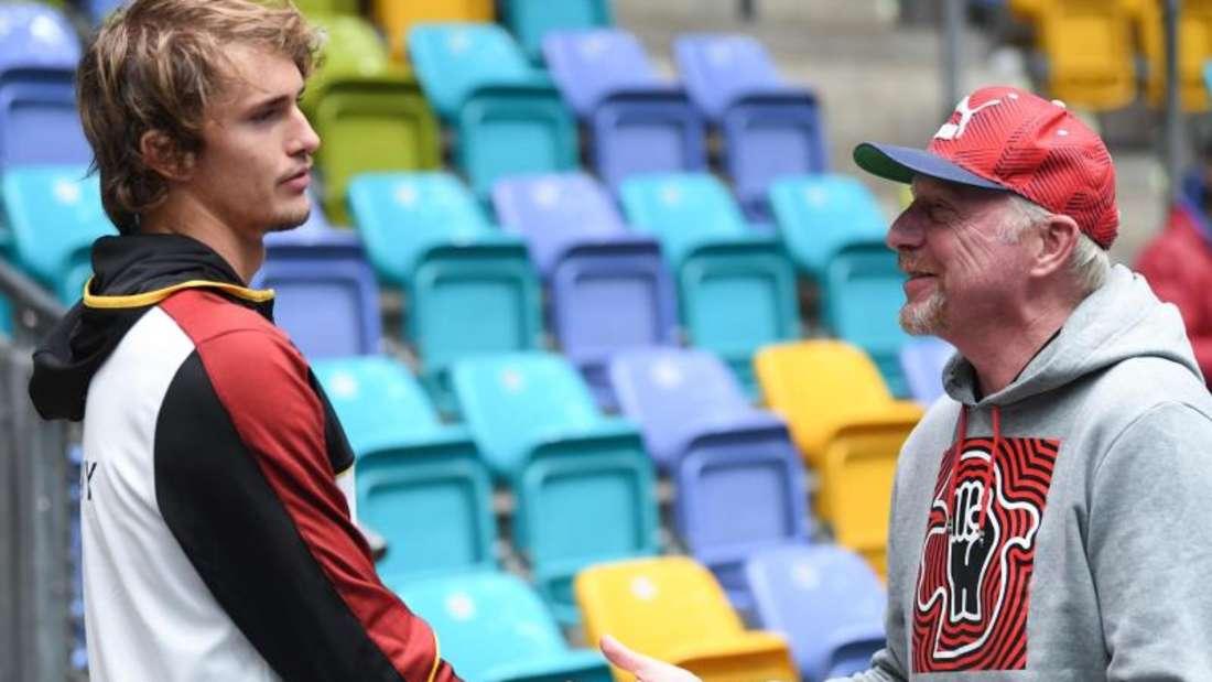 Alexander Zverev (l) und Herrenchef Boris Becker vor dem Training in der Fraport Arena. Foto:Arne Dedert