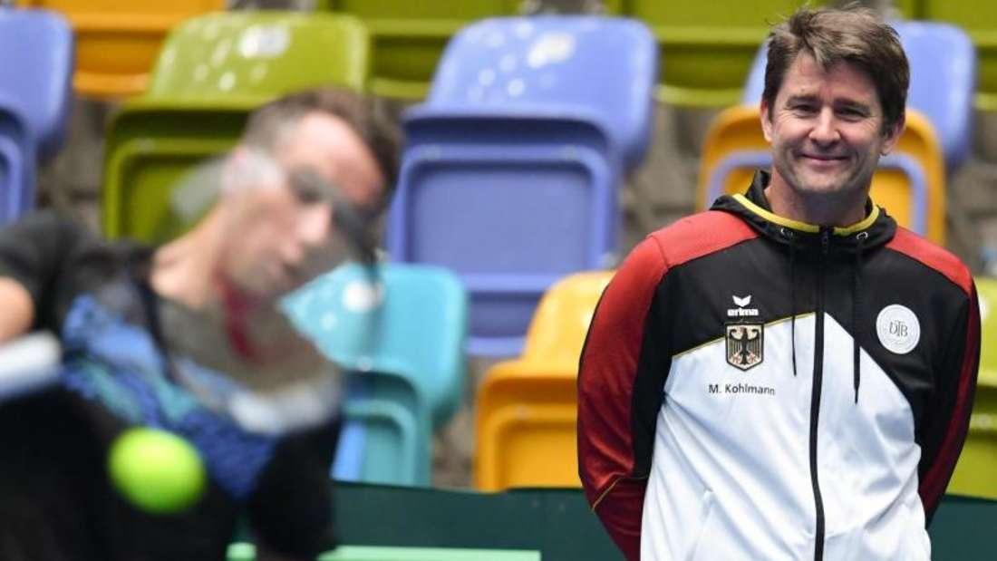 Der deutsche Teamkapitän Michael Kohlmann (r) steht während des Trainings in Frankfurt hinter Philipp Kohlschreiber. Foto:Arne Dedert