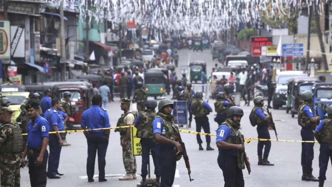 Marinesoldaten stehen vor der Kirche St. Anthony's. Die Behörden haben damit begonnen, die Trümmer zu räumen. Foto: Manish Swarup/AP