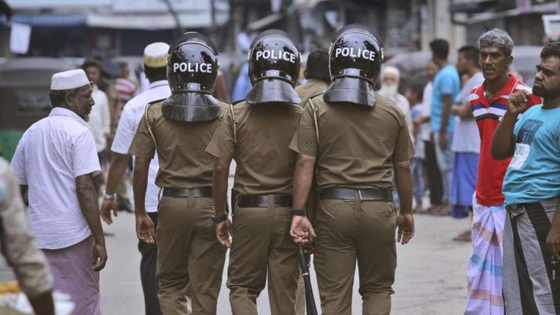 Polizisten patrouillieren in einer muslimischen Nachbarschaft, bevor die Freitagsgebete abgehalten werden. Foto: Manish Swarup/AP