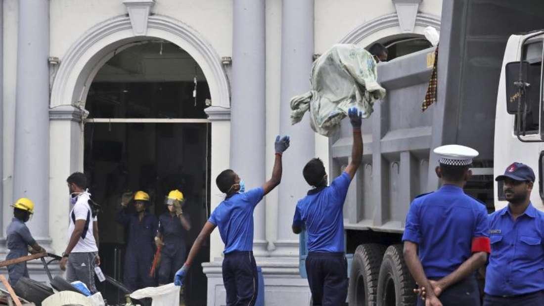 Marinesoldaten räumen Trümmer aus einer Kirche. Foto: Manish Swarup/AP