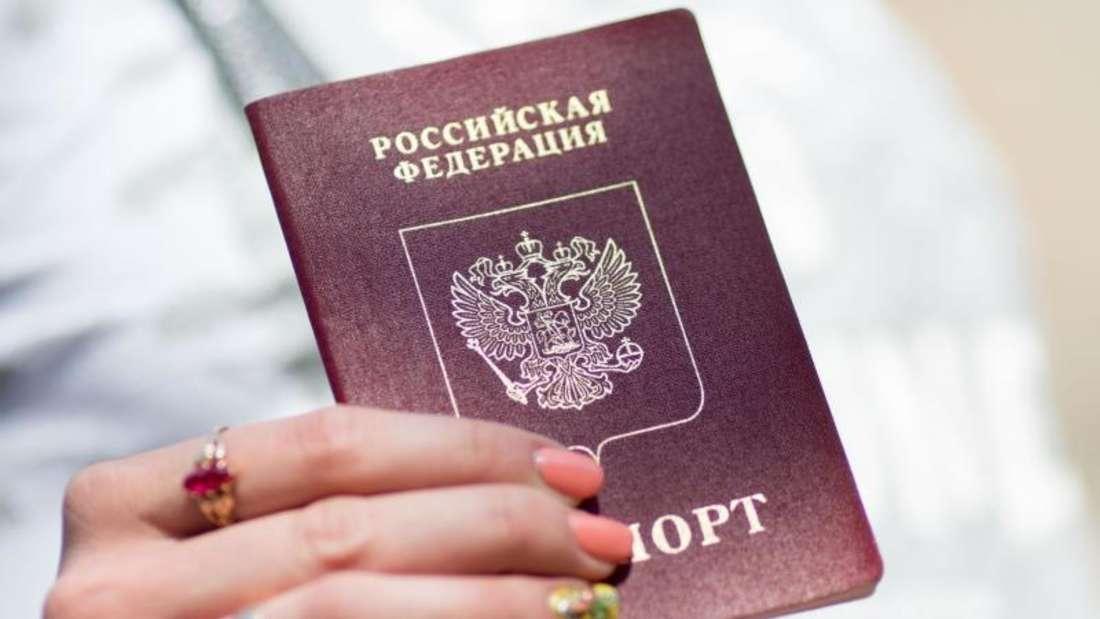 Vor wenigen Tagen hatte der Kremlchef Putin ein Dekret unterschrieben, wonach Ostukrainer einen russischen Pass bekommen sollen. Foto: Foto: Kay Nietfeld/Archiv