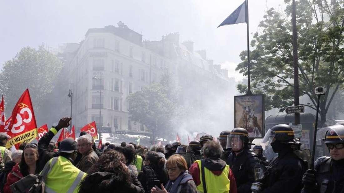 Demonstranten marschieren durch Paris. Die «Gelbwesten» demonstrieren seit November gegen die Reformpolitik Macrons und der Mitte-Regierung. Foto:Rafael Yaghobzadeh/AP