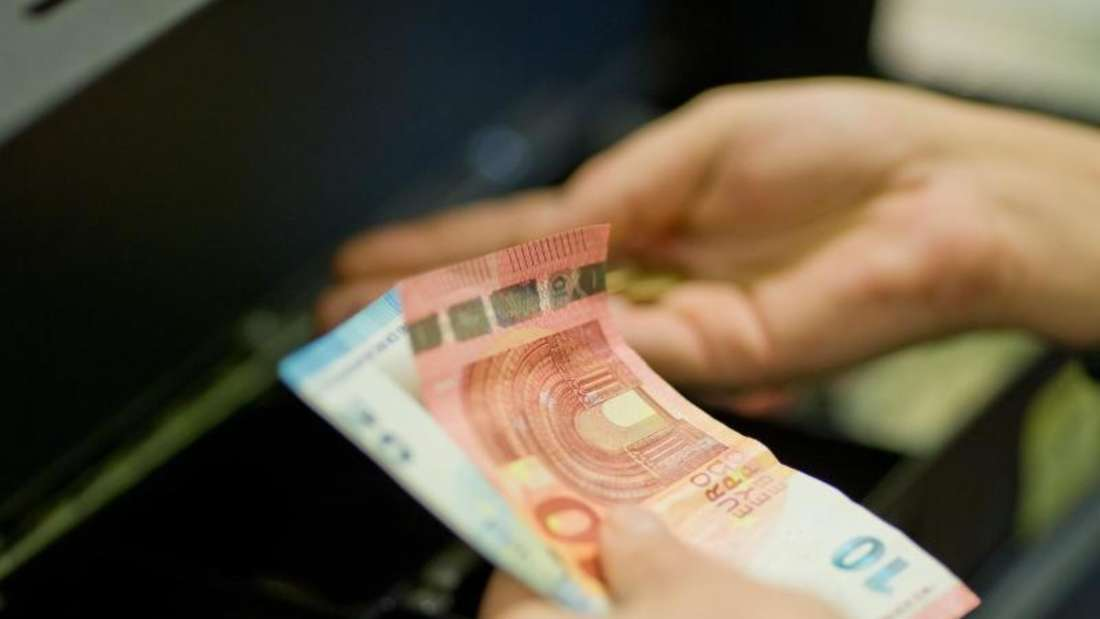 Rund 20 Millionen Euro hat die Bundesagentur für Arbeit (BA)bisher in bar an Empfänger von Arbeitslosengeld an Supermarktkassen ausgezahlt. Symbolbild: Daniel Karmann Foto: Daniel Karmann
