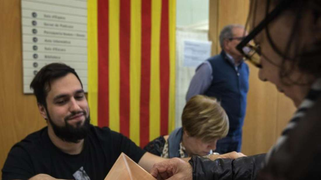Eine Wählerin gibt ihren Stimmzettel in die Wahlurne in Barcelona. Foto: Emilio Morenatti/AP