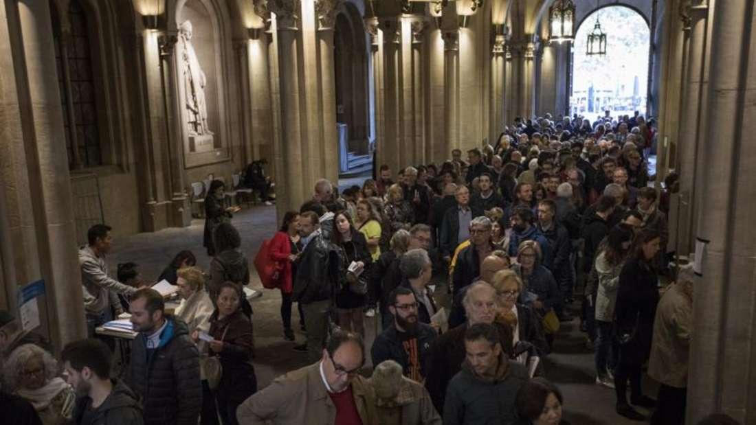 Wähler geben ihre Stimme in einem Wahllokal in Barcelona ab. Foto: Emilio Morenatti/AP