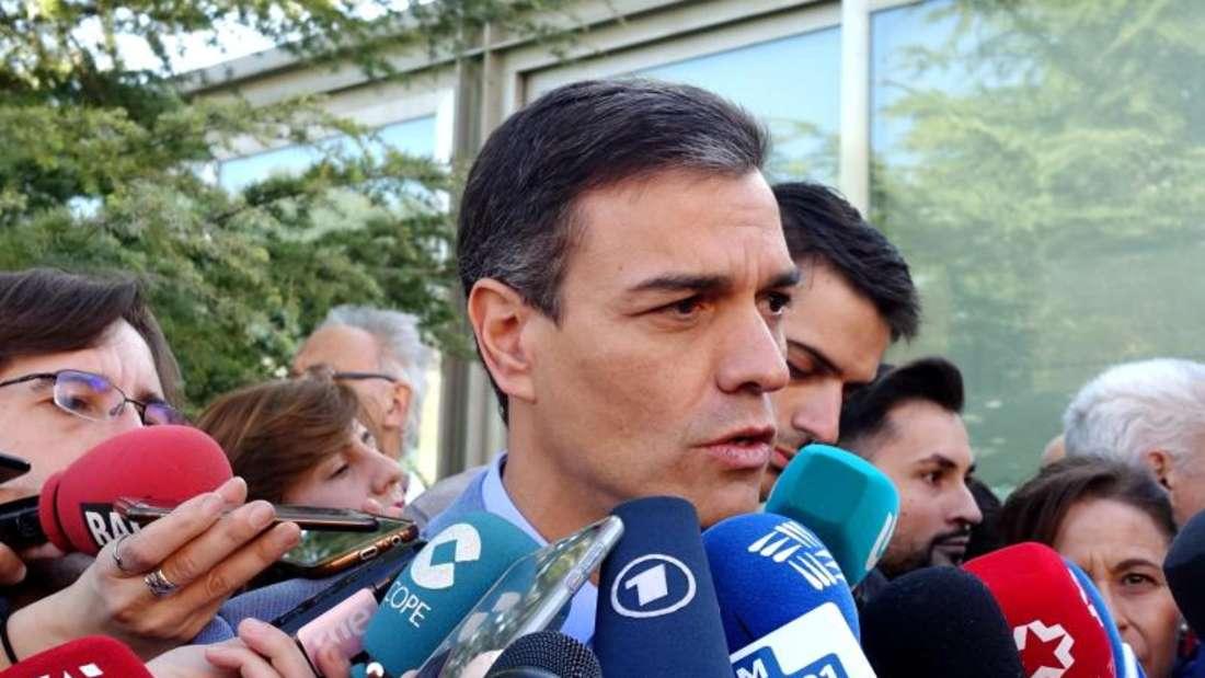 Spaniens amtierender Ministerpräsident Pedro Sanchez spricht in Madrid mit Journalisten. Foto: Guo Qiuda/XinHua