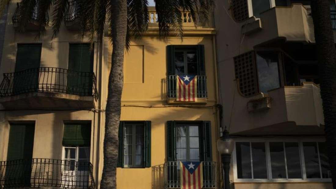 Katalanische Unabhängigkeitsflaggen, die «Estelada», hängen vor den Fenstern eines Gebäudes in Badalona. Foto: Felipe Dana