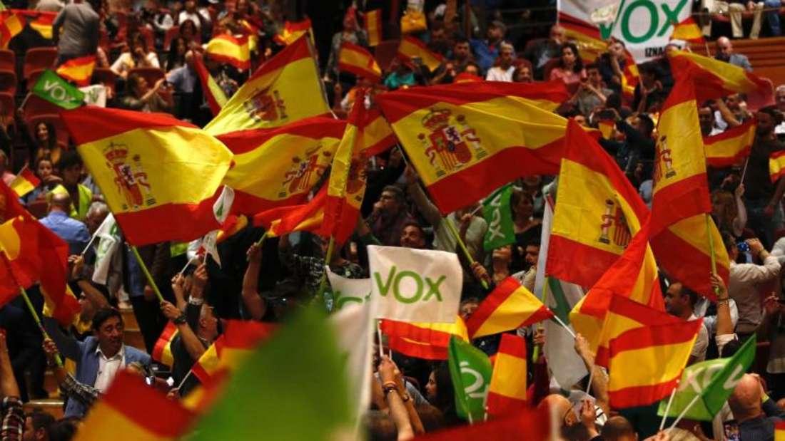 Vox-Unterstützer schwenken Fahnen während einer Wahlkampfveranstaltung mit Abascal, dem Vorsitzenden der rechtsextremen Partei. Foto: Álex Cámara/Europa Press