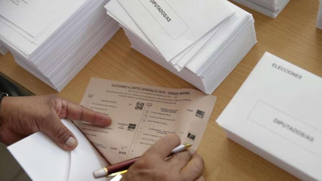 Ein Wähler in Madrid füllt seinen Stimmzettel aus. Foto: Andrea Comas/AP