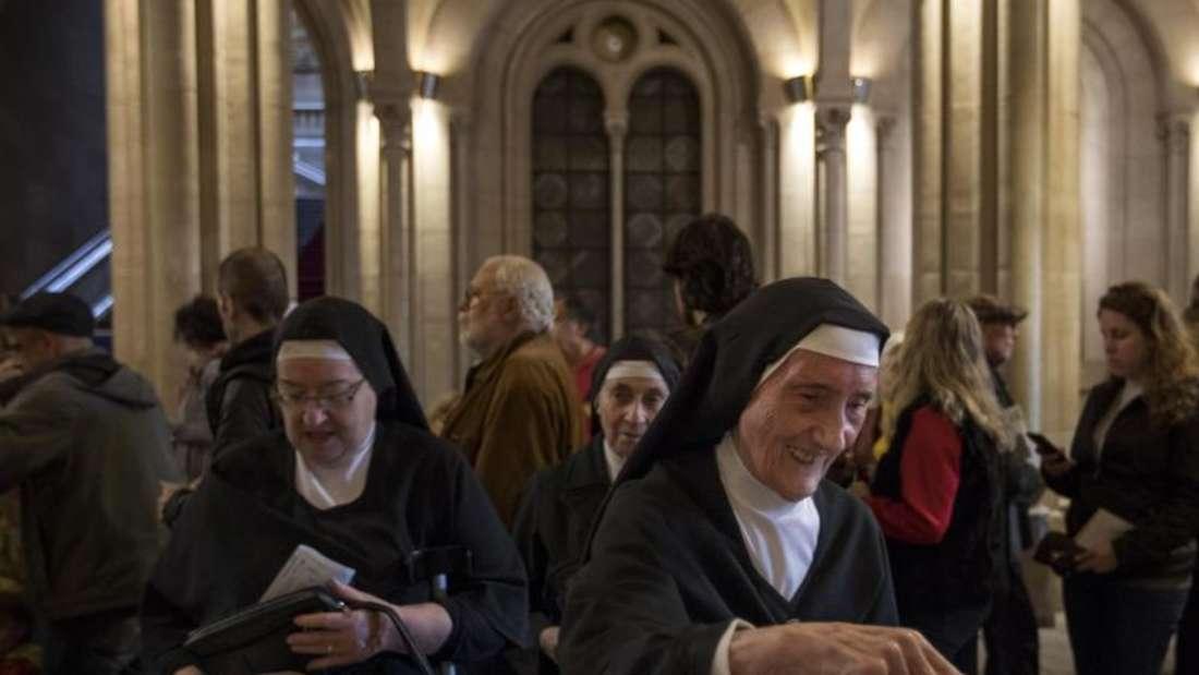 Drei Nonnen in Barcelona kommen in ein Wahllokal, um ihre Stimmen abzugeben. Foto: Emilio Morenatti/AP