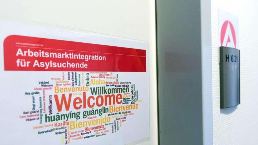 Ein Aufkleber «Arbeitsmarktintegration für Asylsuchende. Welcome» hängt in der Registrierungsstelle für Flüchtlinge in Berlin. Foto: Soeren Stache