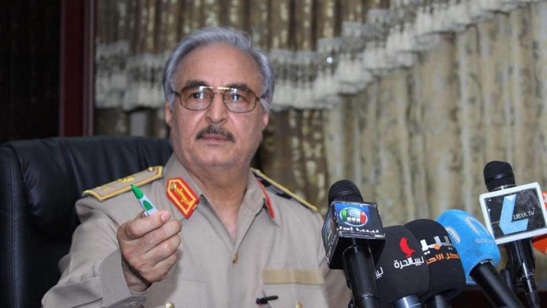 Der einflussreiche General Chalifa Haftar gab seinen Truppen den Befehl zum Vormarsch auf die Hauptstadt Tripolis, wo die international anerkannte Regierung sitzt. Foto: Mohammed Elshaiky/EPA
