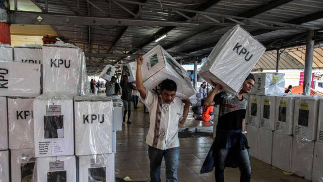 Wahlhelfer in Indonesien waren extremen Belastungen ausgesetzt.