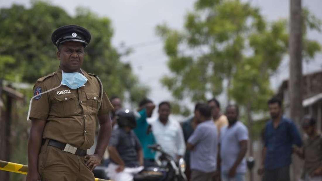 Ein Polizist bewacht einen Tatort in Kalmunai. Nach den verheerenden Osteranschlägen in Sri Lanka hat sich der IS auch zum jüngsten Blutvergießen an der Ostküste des Landes bekannt. Foto: Gemunu Amarasinghe/AP