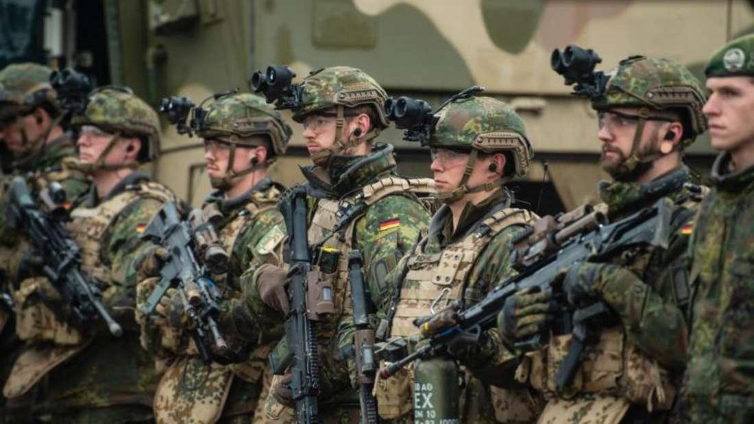 Soldaten der Bundeswehr bei einer Übung im Gelände. Die Bundeswehr-Auslandseinsätze 2018 waren einem Medienbericht deutlich teurer als geplant. Foto: Philipp Schulze