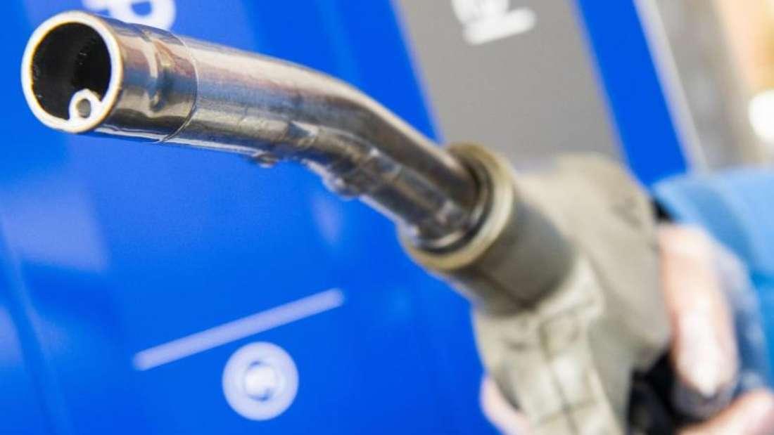 Eine zusätzliche CO2-Steuer auf Sprit und Heizöl führe zu drastischen Preissteigerungen an der Zapfsäule und bei der Wärmeenergie, so CSU-Landesgruppenchef Alexander Dobrindt. Foto: Christophe Gateau