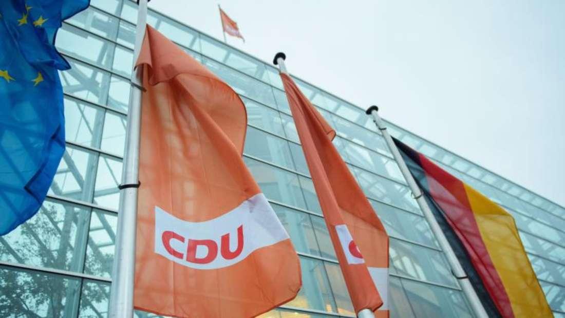 CDU-Flaggen vor dem Konrad-Adenauer-Haus, der Parteizentrale der CDU, inBerlin. Foto: Gregor Fischer/Archiv