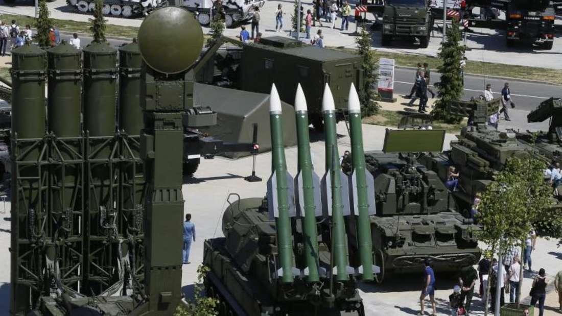 Auf Einkaufstour: Besucher der Rüstungsmesse «ARMY-2015» schauen sich im russischen Kubinka Raketenwerfen vom Typ 9A83 AMDS C-300B (l.) und russische Luftabwehrraketen vom Typ BUK-M1-2 an. Foto: Yuri Kochetkov/EPA